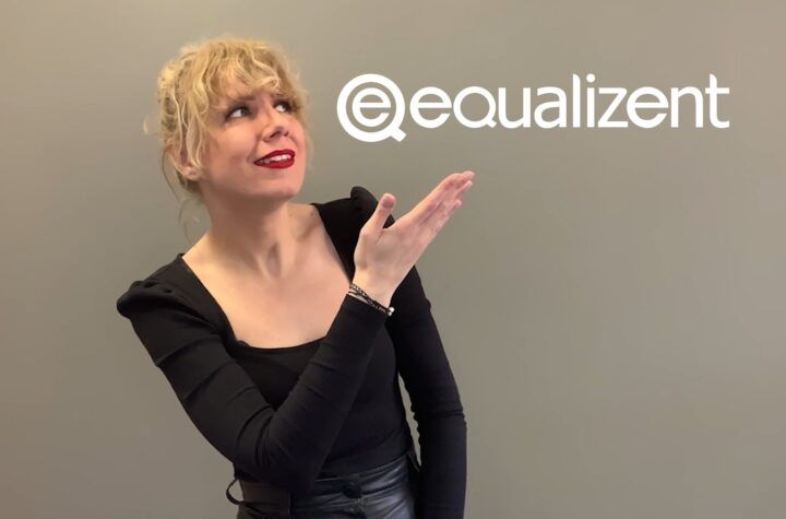 Laura-Levita deutet auf das equalizent Logo